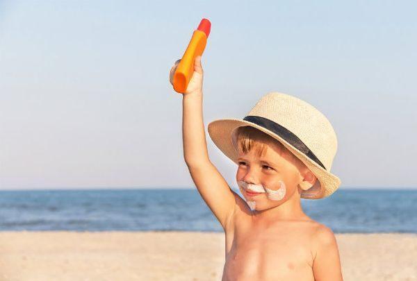 Τι κάνουμε εαν το παιδί καεί στον ήλιο καλοκαίρι ήλιος έγκαυμα