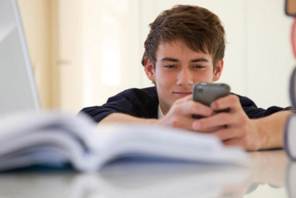 Παιδί και εθισμός στο κινητό τηλέφωνο: Τι πρέπει να κάνουμε... κινητό τηλέφωνο