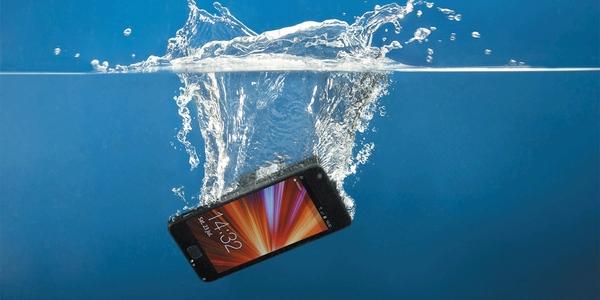 Τι κάνω αν το κινητό μου πέσει στη θάλασσα...