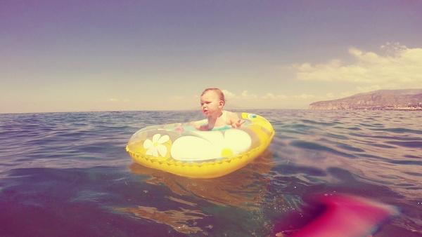 Πρώτο μπάνιο του μωρού στη θάλασσα...