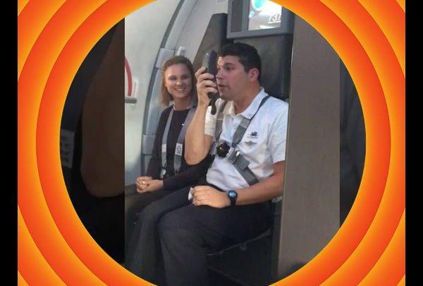 Επικό βίντεο: Αεροσυνοδός κάνει ανακοινώσεις με φωνή Μπαγκς Μπάνι! Μπαγκς Μπάνι αστεία βίντεο