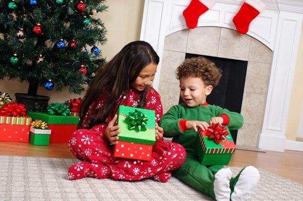 kids opening gifts xmas 600x399