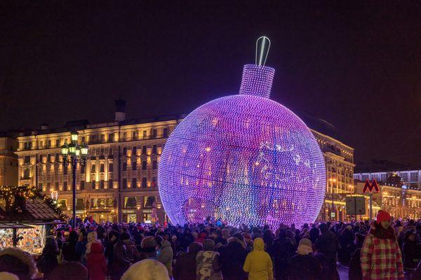 Η Μόσχα πρωτοπορεί: Αντί για δέντρο, στόλισε τεράστια χριστουγεννιάτικη μπάλα! Χριστούγεννα Μόσχα