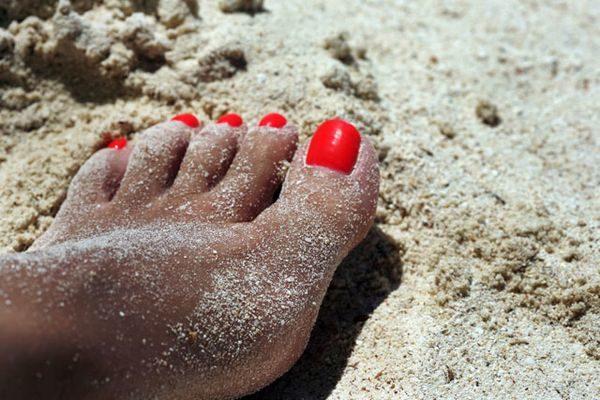 Δείτε το κόλπο για να αφαιρέσετε πανεύκολα την άμμο που κολλάει στα πόδια (βίντεο)! καλοκαίρι άμμος