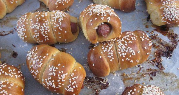 Συνταγή για λουκανικοπιτάκια με ελαιόλαδο: Πεντανόστιμα και πανεύκολα! λουκανικοπιτάκια