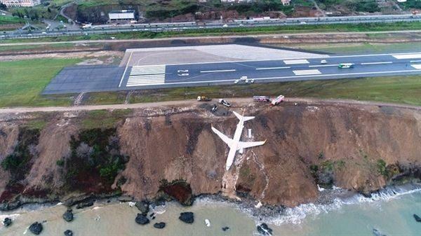 Απίστευτες εικόνες στην Τουρκία: Αεροπλάνο γλίστρησε στον γκρεμό! Τουρκία παράξενες ειδήσεις
