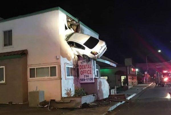 Αυτοκίνητο πέταξε και σφηνώθηκε στον δεύτερο όροφο κτιρίου (βίντεο) παράξενες ειδήσεις βιν