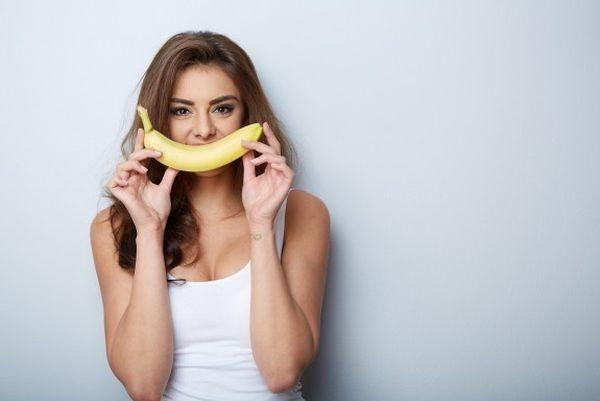 8 τροφές που καταπολεμούν το φούσκωμα των γιορτών Χριστούγεννα τζίντζερ σπόροι μάραθου σπαράγγι σκόρδο σέλινο Πάσχα μπανάνα αγγούρι αβοκάντο