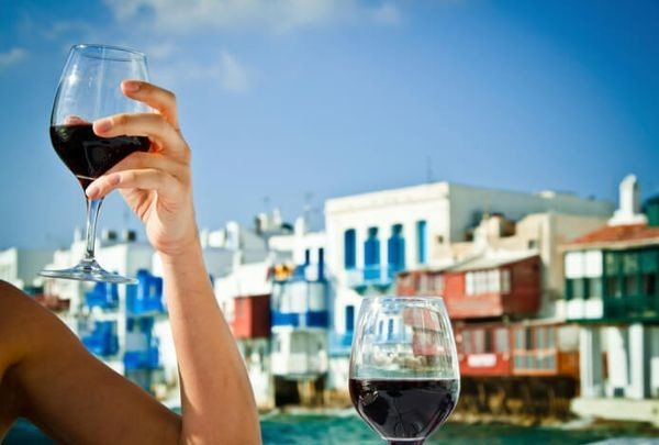 Στα άκρα η Μύκονος: 12 ευρώ για ένα ποτήρι κρασί Μύκονος διακοπές
