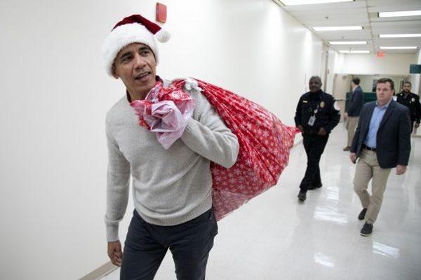 O Μπαράκ Ομπάμα ως Άγιος Βασίλης σε νοσοκομείο για παιδιά (βίντεο) Μπάρακ Ομπάμα