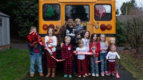 Παππούς αγόρασε λεωφορείο για να πηγαίνει τα εγγόνια του σχολείο! παππούς λεωφορείο